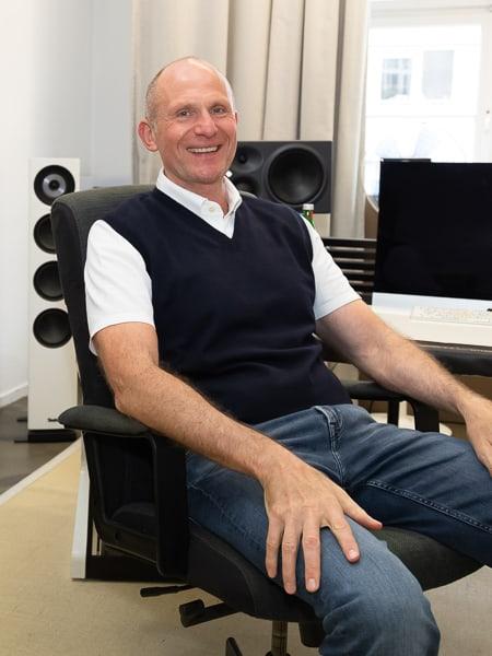 WIR-Podcast Gastgeber Prof. Dr. Dieter Müller im TRO-Studio in Düsseldorf