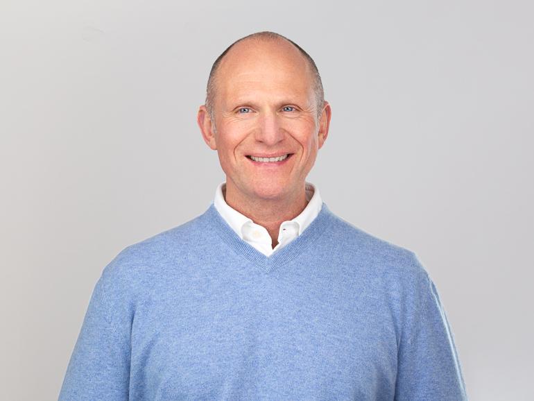 Portrait von Prof. Dr. Dieter Müller im hellblauen Pullover - Fotografin Carolin Thiersch aus Hamburg